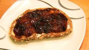 Brot mit Pflaumenmus